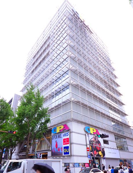 心斎橋オーパ本館1F出入口 前